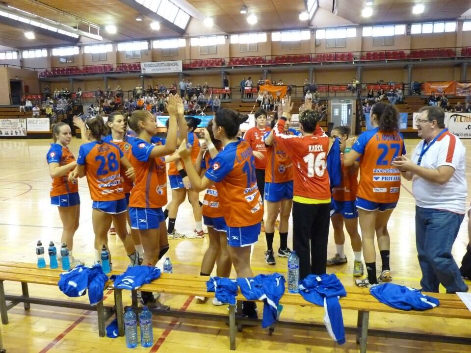 Las jugadoras del Valencia Aicequip festejan un triunfo en plena cancha/vabm