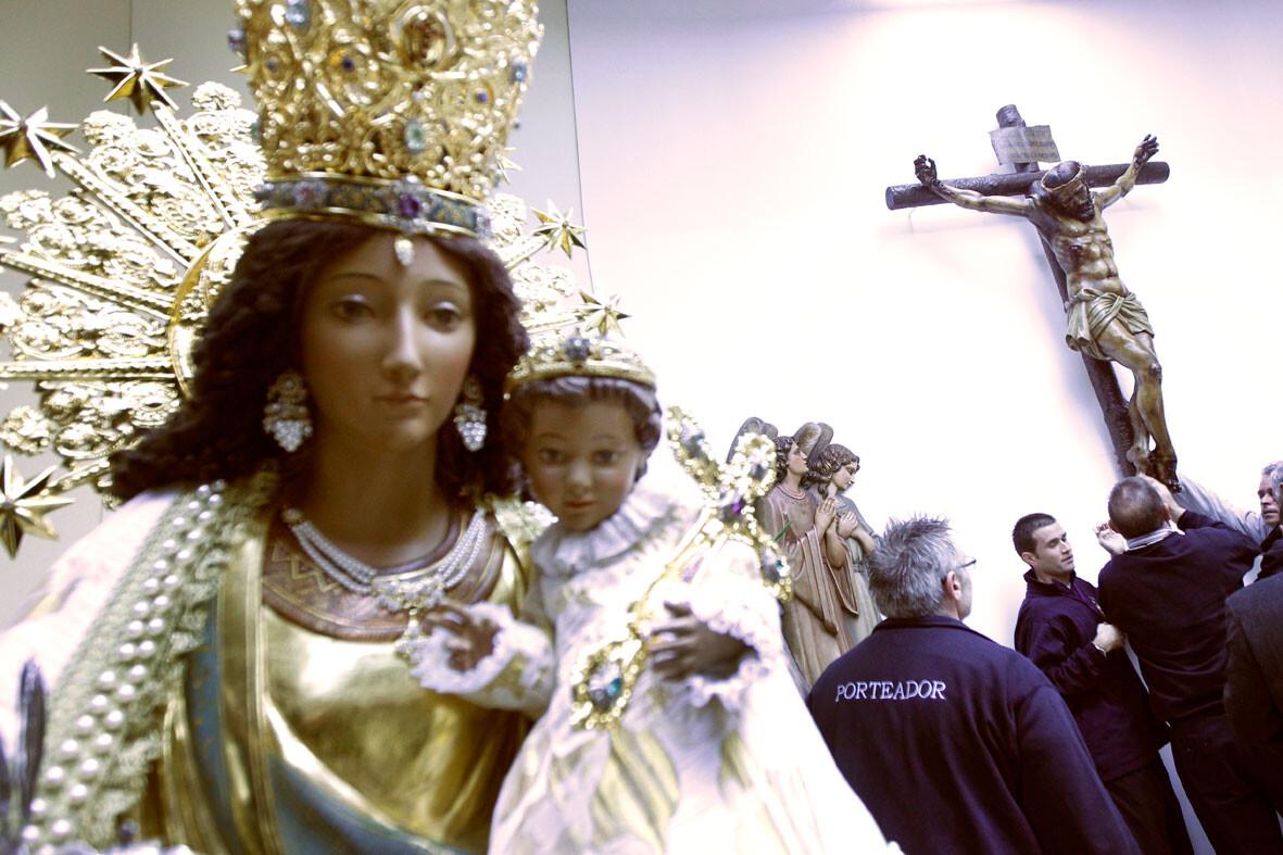 La patrona en la iglesia con el Cristo de la Concordia al fondo/alberto saiz