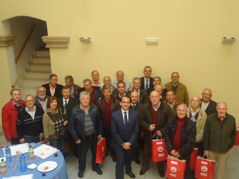 Los asistentes al homenaje con el presidente de la EMT, Alberto Mendoza/emt