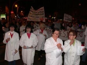 Un grupo de personas con batas blancas y velas/c.r. la fe