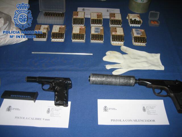 Las dos pistolas intervenidas junto a otro material/cnp