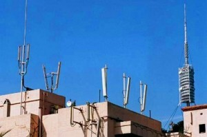 Un grupo de antenas en uno de los edificios de un barrio