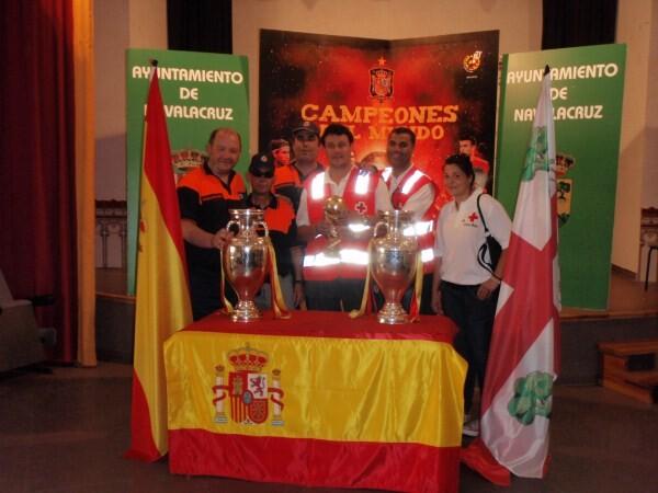 Las tres copas de la selección de fútbol exhibidas en el Ayuntamiento de Navalcruz