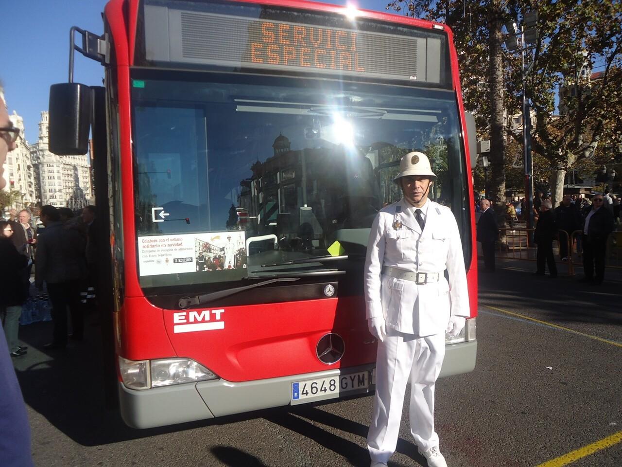 El Guardia Urbano delante del bus solidario de la EMT/EMT