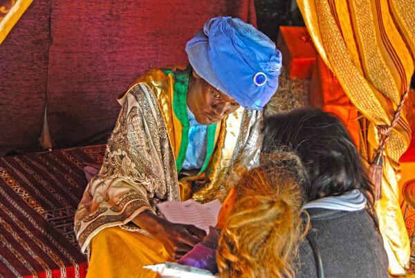 Emisario de los Reyes Magos - Madre e hija entregando la carta