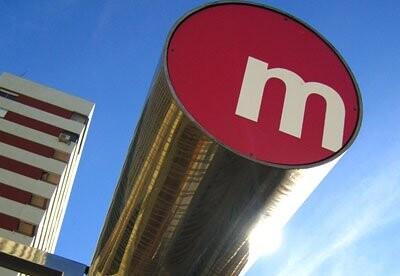Señal de aviso de acceso a una estación del metro