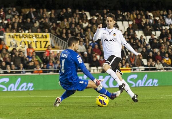 Jonas supera en su salida al meta de Getafe, el ex valencianista Moyá