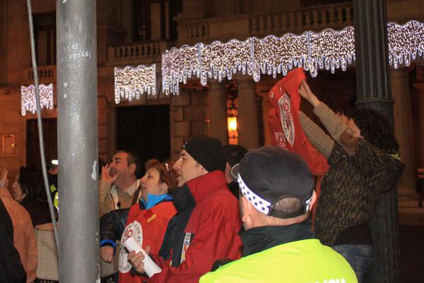 Un grupo de trabajadores de RTVV protagonizaron la protesta pitando contra el ERE anunciado en el ente televisivo entre villancico y villancico.