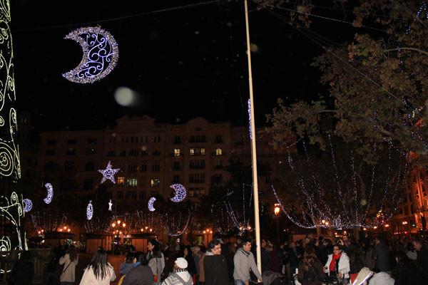 Los valencianos admiran la iluminación navideña de la plaza, recién inaugurada.