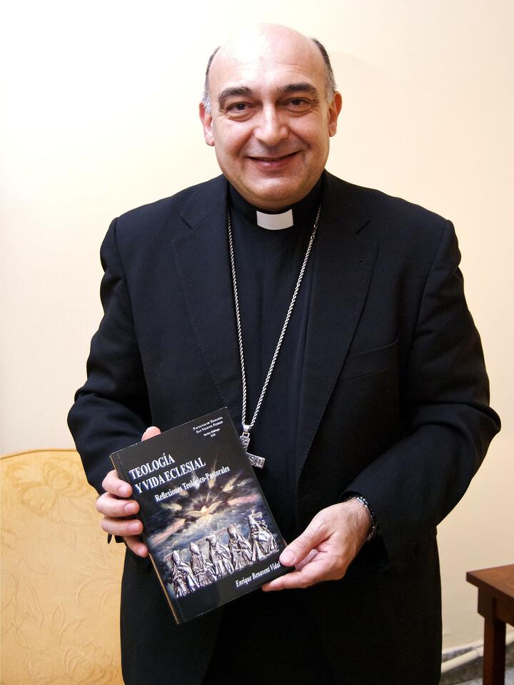 El obispo Benavent con un ejemplar de su libro/paraula