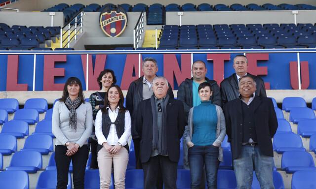 Los veteranos del Levante UD con las jugadoras granotas en la presentación del partido/jorge ramirez