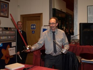 Vicente Safont con los obsequios que le hicieron los miembros de la sala/sav