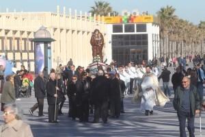 El cortejo procesional recorre el paseo marítimo/javier peiró/avan