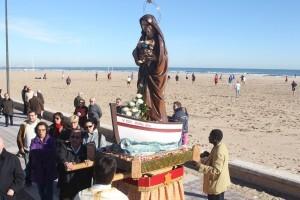 La imagen de la Virgen de la Buena Guía a la orilla de la playa/javier peiro-avan