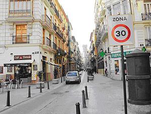 Una calle de la ciudad con Zona 30/ayto vlc