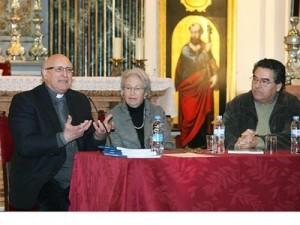 Andrés de Sales Ferri, a la izquierda, en la presentación de un libro en la iglesia de Santa María del Mar en el Grao de Valencia
