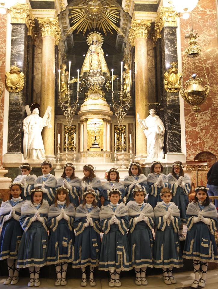 Els Angelets delante de la imagen de la Virgen de los Desamparados/alberto saiz