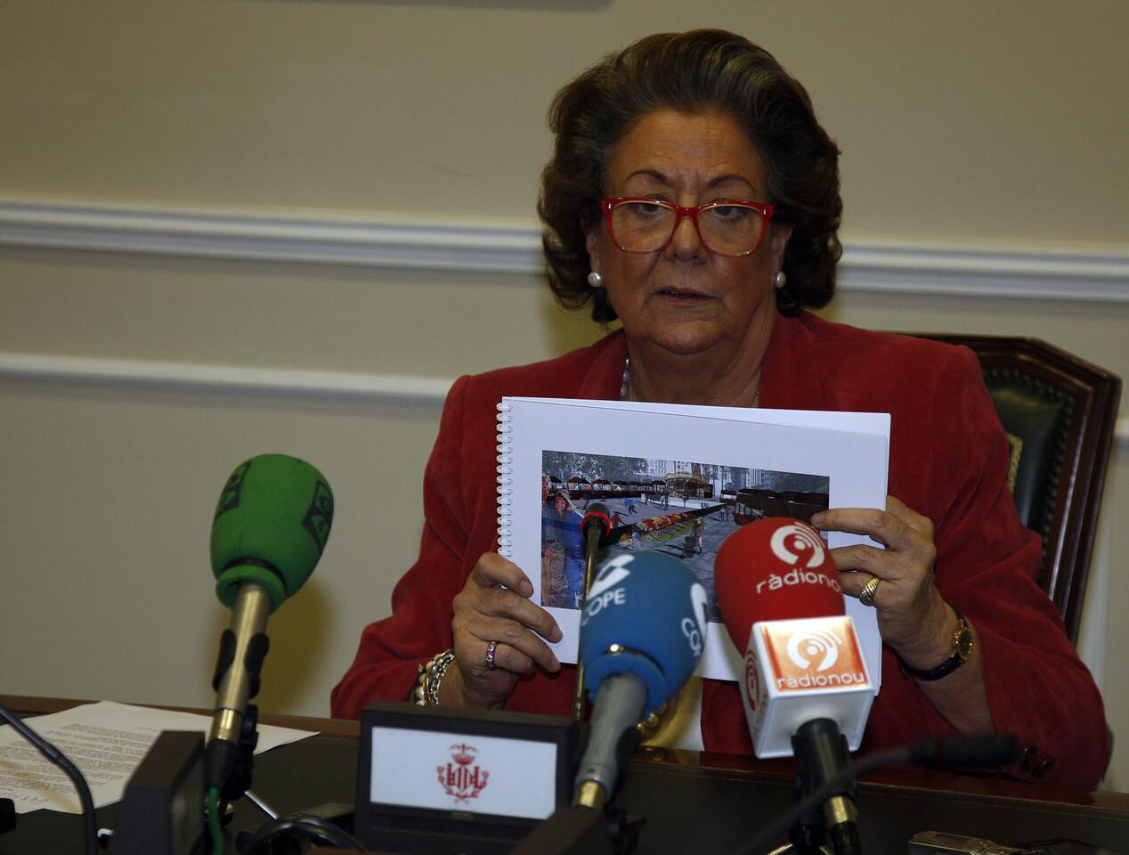 La alcaldesa, Rita Barberá, enseña una figuración de la propuesta de la plaza con la pista de hielo/ayto vlc
