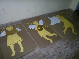 Los tres ángeles antes de colocarse en la pared del nacimiento/vlcciudad