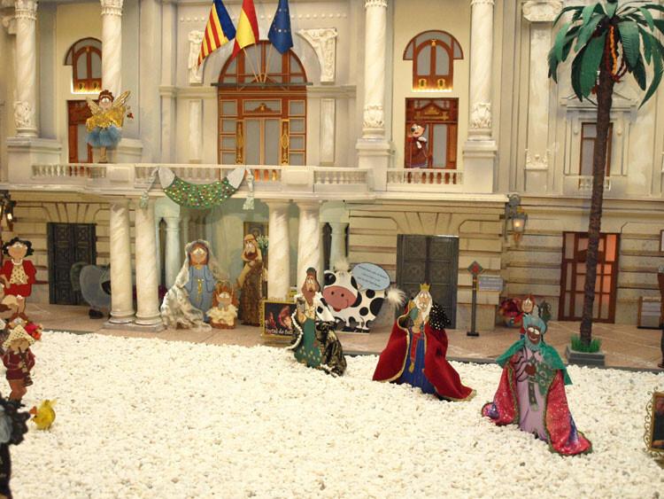 Belén de Na Jordana 2012 - Los Reyes Magos llegan al portal de Belén - la puerta principal del Ayuntamiento. Fotos: Artur Part