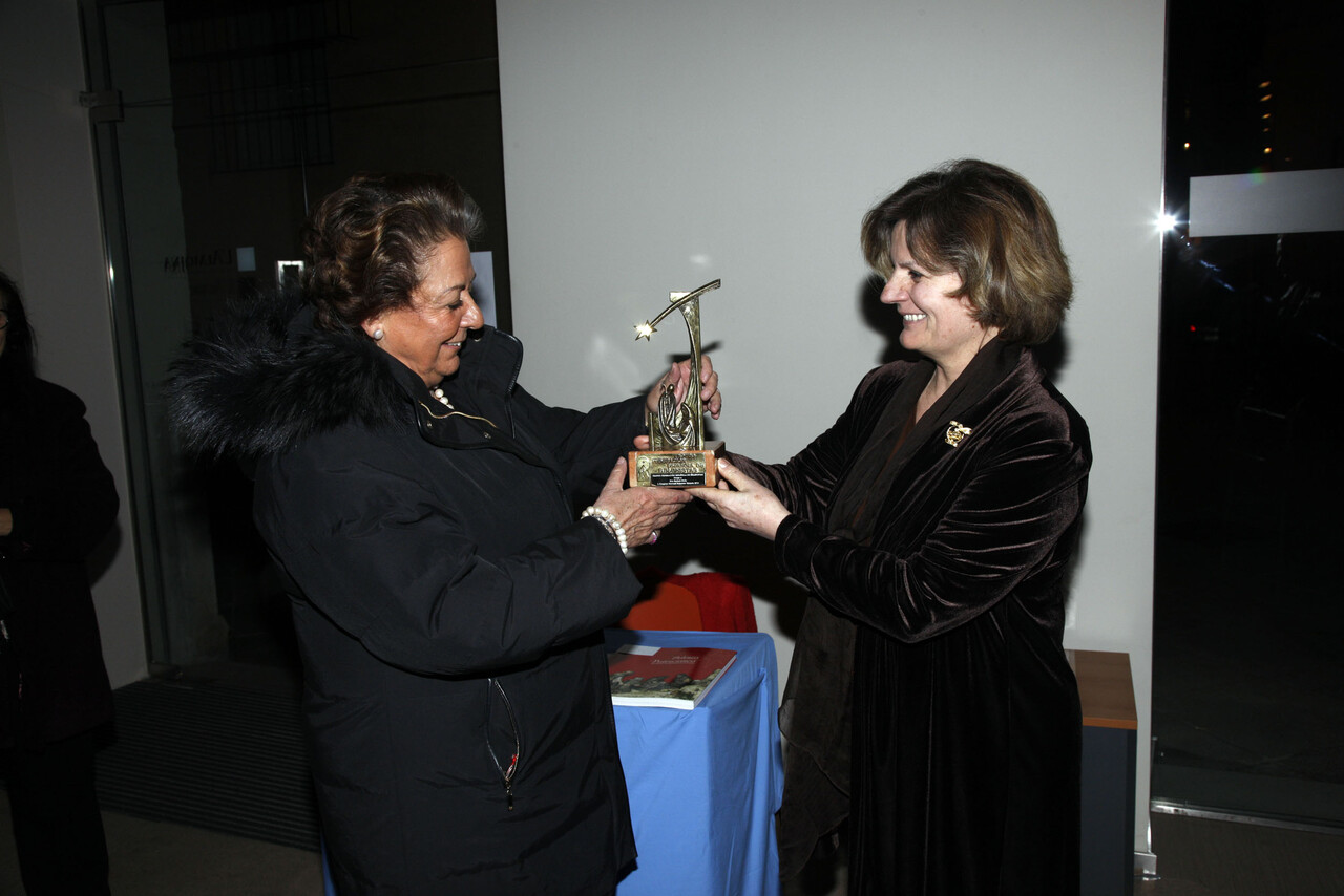 La presidenta de los belenistas de Valencia entrega el premio a la alcaldesa Barberá/ayto vlc