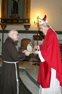 Fray Conrado entrega un nacimiento al arzobispo/manolo guallart