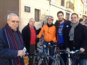 Amadeu Sanchis en Benimaclet ayer mañana junto con el dirigente vecinal Paco Guardeño en la bici/eu