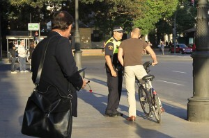Un policía advierte a un ciclista de que debe cumplir con la normativa