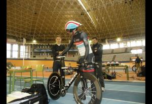 Fabián Cancellara con la bici en las manos/radioshack