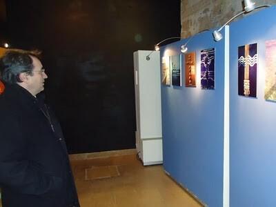 Un cofrade observa algunos carteles de una exposición de pasadas ediciones/eos