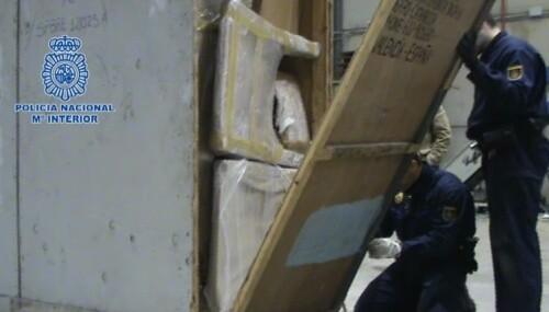 Los agentes durante los trabajos de localización de la droga en los muebles/cnp