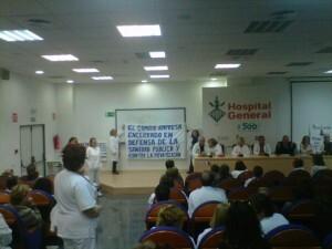 Un grupo de trabajadores sanitarios en el inicio del encierro de ayer
