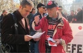 Amadeu Sanchis lee un documento que le entrega un dirigente sindical de CC.OO. en la EMT/eu