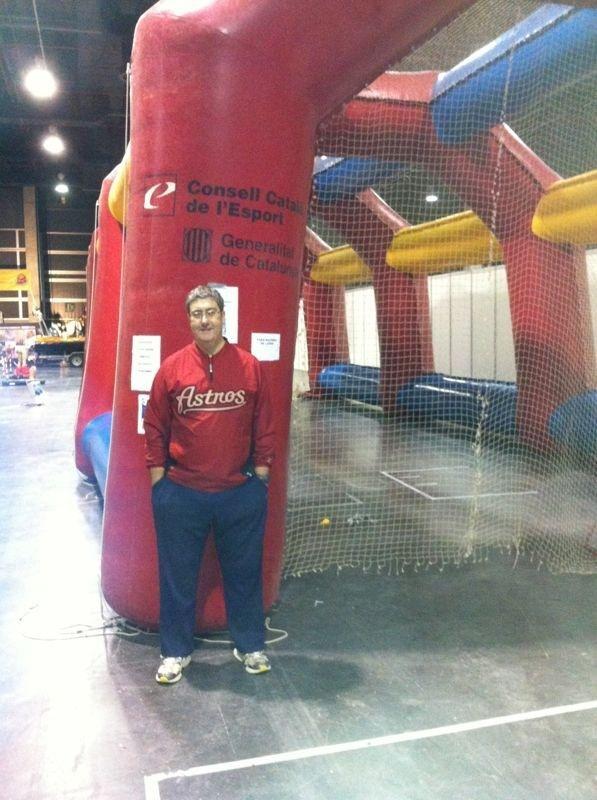 El ojeador valenciano en el túnel para practicar béisbol/expojove