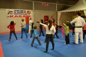 Un grupo de niños práctica kárate/josep v. zaragoza