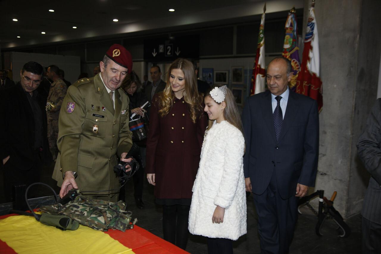Un militar explica un objeto a las falleras mayores en la inauguración/ayto valencia