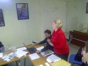 La presidenta Puri Torres se dirige a quienes estaban en el local nada más salir reelegida/vlcciudad