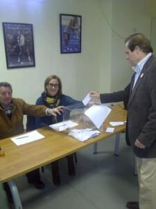 Un directivo de una de las casas en el momento de votar/vlcciudad