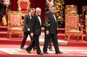 El ganador del galardón de Lo Rat Penat acompañado del secretario, Puchades, y el presidente del colectivo, Enric Estve/josep vicente zaragoza