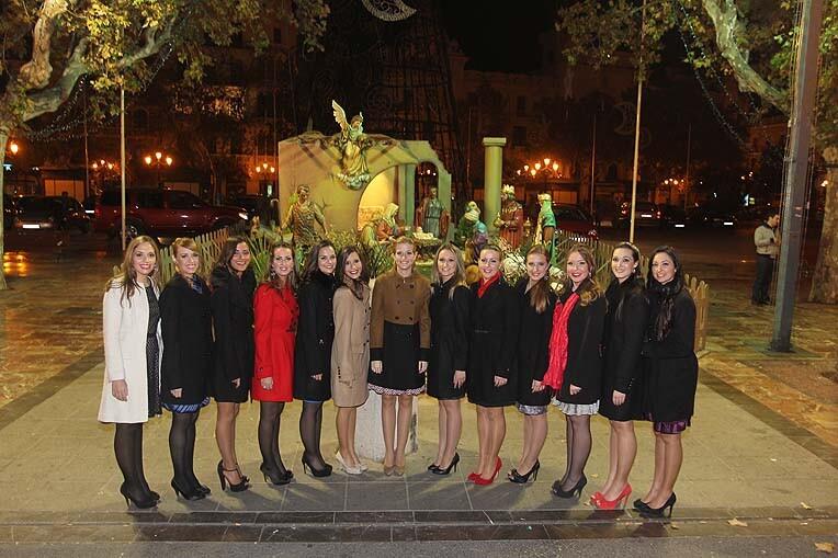 La Fallera Mayor de Valencia y su corte de honor delante del belén municipal/foto:armando romero