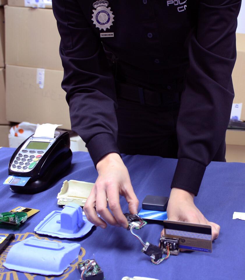 Un agente muestra uno de los aparatos decomisados/cnp