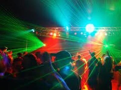 Una fiesta en una nochevieja en un local/fotur