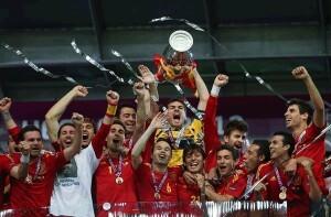 Los jugadores de la selección alzan uno de los trofeos conseguidos/Movistar