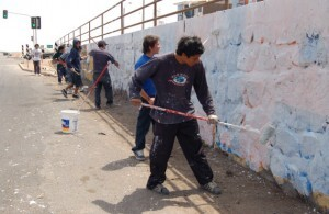 Un grupo de grafiteros realizando trabajos para la sociedad