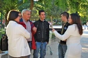 El portavoz de Compromís Joan Ribo con un grupo de jóvenes