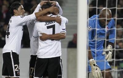 Los jugadores blancos celebran con Jonas el único gol en un partido que no pasará a la historia/vlc lázaro de la peña