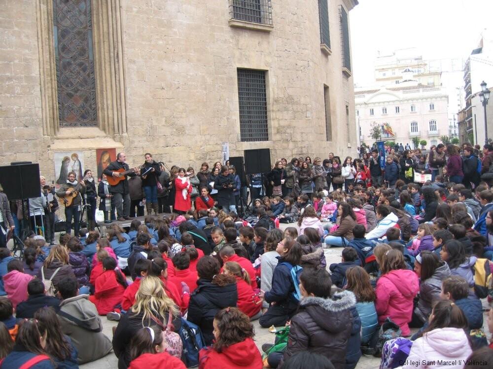 El colegio de San Marcelino en la puerta de la Catedral/csm