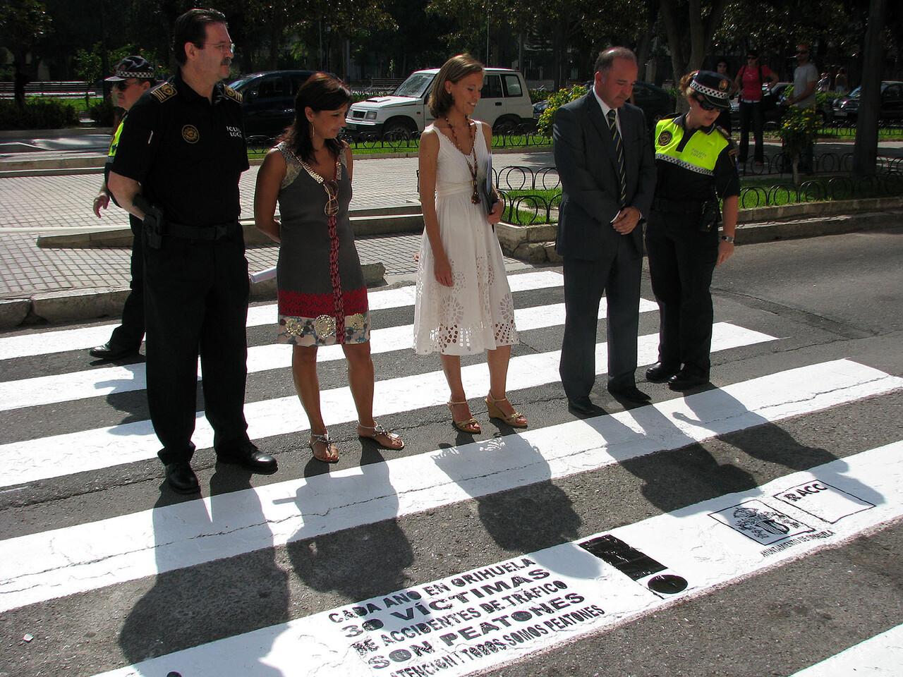 Los responsables políticos de Orihuela en una campaña en defensa del peatón/teñeorihuela