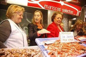 La Ministra de Fomento y la alcaldesa de Valencia conversan con una pescatera del Mercado Central/ayto vlc