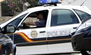 Un policía conduce un vehículo del CNP
